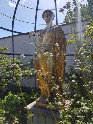 Flora vaktar trädgården