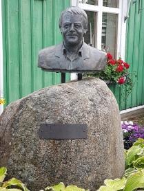 Stickan Andersson står staty på torget i Hova