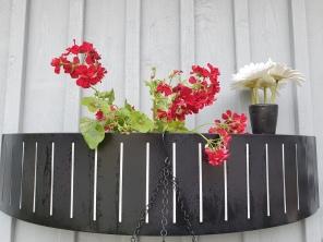 """Pst! Den vita blomman i den svarta vasen är """"fejk""""."""